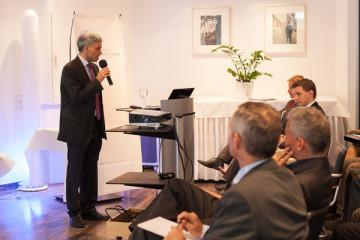 BDPA-Präsident Martin Tongbhoyai vor Teilnehmern des Herbstseminars