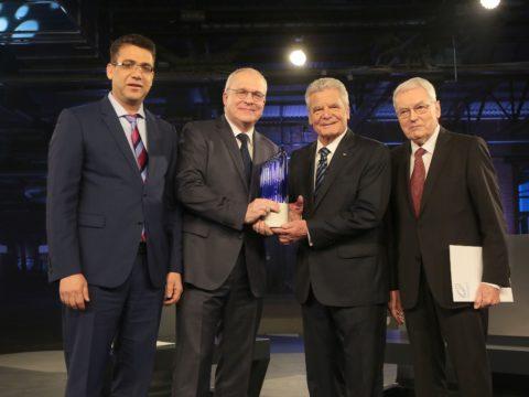 Preisträger des Deutschen Zukunftspreises 2016: (v.li.n.re.) Chokri Cherif, Manfred Curbach, Bundespräsident Joachim Gauck, Peter Offermann. Bild: Deutscher Zukunftspreis